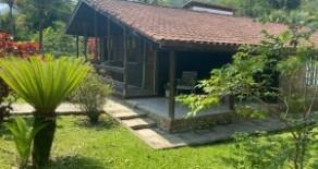 Casa linear com 200 m2 e terreno de 886 m2 no condomínio Vale do Rio
