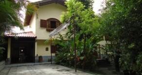 Aconchegante e impecável casa tipo duplex no condomínio Parque Serrano