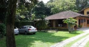 Excelente propriedade com 280m2 de área construida em terreno de 3.000 m2 em condomínio