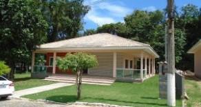 Linda casa linear, 1ª locação, com 3 suítes no condomínio Bosque dos Cambucás