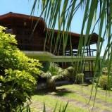 Moderna e bonita casa duplex, com construção mista, no condomínio Parque Serrano